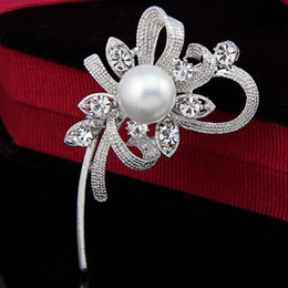 Barato Terno De Casamento Coreia-2015 Hot Selling Korea Elegant Pearl Flower Vintage Moda Feminina Broche Pins para Suit Sweater Hat Scarves B896 Wedding Cake Crystal Jewelry