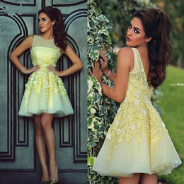 Homecoming Vestidos Mangas Baratos-2017 ligero amarillo corto Lace Homecoming Fiesta Vestidos Bateau Sheer Cuello Cap manga V Backless Junior Prom Cocktail Party Dress BO8374