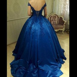 Barato Espartilho Quinceanera Vestidos-Royal Blue Off Shoulder Ball Gown Prom Dresses Appliques Beaded Cetim Corset Backless Vestidos de noite Quinceanera Vestidos Sweet 16 Gowns