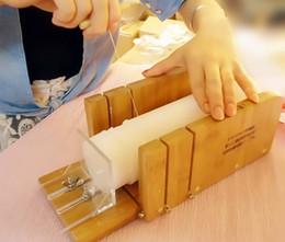 Großhandel Environmental bambus material einstellbare seifenschneidemaschine intelligente form seifenschneidwerkzeug 2 stücke pro zeit XZ-N001