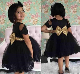 Barato Vestido De Manga Longa De Ouro Preto-Lovely Black Lace Flower Girl Vestidos para casamento 2018 Jewel Neck Manga curta Gold Bow Floor Long Girl Girl First Communion Party Wears