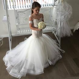Sexiga sjöjungfrun blomma tjejer klänningar för bröllop spaghetti remsor spets applikationer pärlstil sweep tåg födelsedag barn flicka page volken