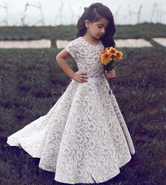Barato Pequenos Vestidos De Noiva-2018 Princesa simples Lace Flower Girls Vestidos para noiva de casamento Cheap Jewel Neck mangas curtas Andar de comprimento Ribbon Little Girls Dress