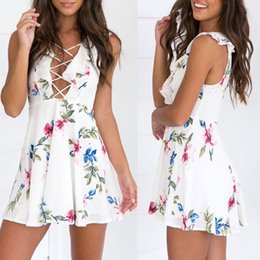 Barato Vestidos Brancos Sexy De Verão Formal-New Sexy Women Mini Dress Floral Print Dungeon V Neck Lace-Up Ruffled sem mangas Summer Beach Dress White Deep V Neck Formal Attire