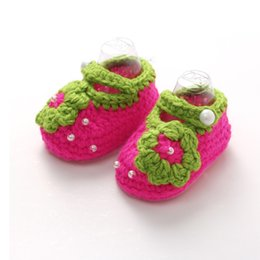 Barato Sapatos Crocheting Bebê Recém-nascido-Baby Handmade Crochet Shoes Newborn Boys Girls First Walkers Infant Toddler Low Help Low Canister Strawberry Shoe And Socks