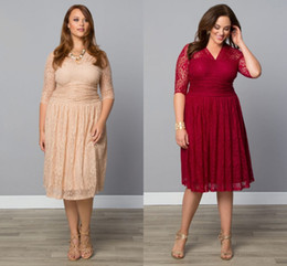 Barato Lavanda Lilás Vestidos De Cocktail-2018 Moda Plus Size Lace Evening Gowns Chá Comprimento V-Neck Cocktail Party Dama de honra Com Mangas Sheer Mãe Vestidos Ocasião Especial