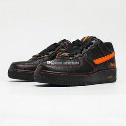 Toptan satış VLONES 107 Paten Ayakkabı Erkekler Için LiveVlone Diievlone Paten Ayakkabı Erkek Yalnız Kaykay Chaussures Bayan Sneakers Kadın Spor Sneaker Siyah Turuncu AA5360-100
