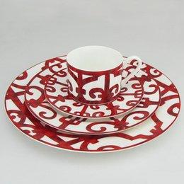 Großhandel Luxus-Bone China-Speisen-Pate Western-Tablett Roter Muster Geschirr Geschirr Kaffeetassen und Untertassen Set Küche Geschirr Geschenke Geschirr PLA-Plat