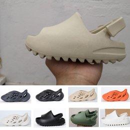 2021 Moda de verano Sandalia Sandalia Zapatos Niños Niño Niño Niño Kanye West Diapositiva Desierto Arena Playa Slipper Espuma Corredor Hueso en venta