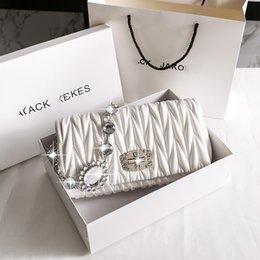 Bolso de miumiu de cuero genuino 2021 Nuevo Hombro de cadena con incrustaciones de diamantes de imitación Pequeño Mensajero Mensajero MIU MIAO Bolsa de hadas blancas en venta
