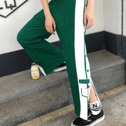 venda por atacado Calças femininas dividem-se perna reta letra casual listrado calças largas de perna esportes Calças de botão confortáveis quatro cores s-2xl moda 2021