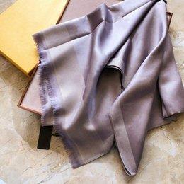 2021 Desingersクラシックシルクスカーフショール4シーズンマン女性クローバースカーフファッションレターフラワースタイル