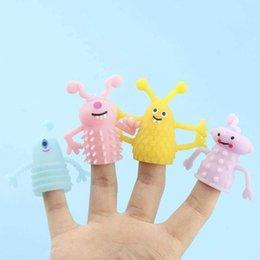 Опт Новинка игр трансграничные KAWS TPR мягкий клей светящийся маленький набор игрушки монстр животных кукла рассказывает истории реквизиты с двумя точками мини-палец подарок