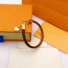 2021 Divers styles Fashion Bracelets Bijoux Femmes En Cuir Unisexe Designer Snap Braceltes Lettre Couple Bracelet en Solde