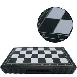 32 adet Mini Satranç Seti Katlanır Plastik Satranç Tahtası Hafif Kurulu Oyunu Ev Açık Taşınabilir Çocuk Oyuncak Dropshipping 631 Z2