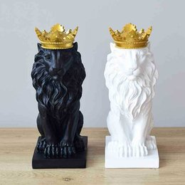 Venta al por mayor de Crown Lion Statue Home Office Bar león fe resina escultura modelo artesanía ornamentos animal origami abstracto arte decoración regalo T200330