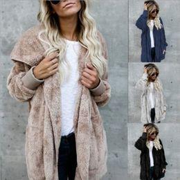 Großhandel Frauen-Faux-Pelzjacken-Oberbekleidung Winter-Kapuzen-Samt-Mäntel Taschendesign Lose Frauen-Kleidung warme weiche Tops