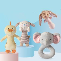 Toptan satış Sevimli Tavşan Bebek Oyuncakları Yenidoğan Çıngırak Mobil Eğitici Oyuncaklar Erkek Kızlar için Yumuşak Peluş Oyuncak Müzikal Bebek Yürüyor Yatak Oyuncaklar Ile 1109 X2