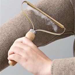 Venta al por mayor de Removedor de linta de madera portátil Ropa de lana suéter herramienta limpia ropa de limpieza de limpieza de fuzz de afeitadora MUCHACHA MUCHACHA Peine de peine con cabello de neta de acero