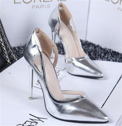 Barato Sapatos De Casamento De Salto Alto De Prata-Pretty Silver Wedding Shoes Bombas Saltos altos Pointed Toe Sandálias nupciais de couro de patente Red Evening Dresses Shoes