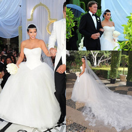 Barato Kim Kardashian Quente Branco-2017 Hot Fashion White Kim Kardashian Vestidos de casamento Sexy Strapless Backless Lace Pleats Tulle Glitz Full Length Garden Bridal Gowns BO5900