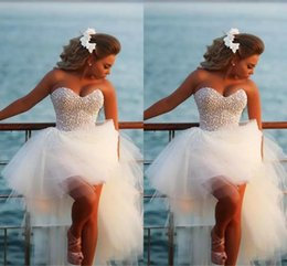 Barato Vestido De Noiva Sem Costura-Strapless Exquisite Pearl Hi -Lo Short Beach Wedding Dresses 2017 Casomento Sexy Corset Beaded Sweetheart High Low Bridal Gowns