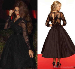 Barato Vestidos Vintage Rápido-Retrospectiva 2017 Sexy Short Prom Dresses V Neck mangas compridas Sheer Tulle Chá Comprimento sem trem Black Lace Party Prom Gowns Fast Shipping