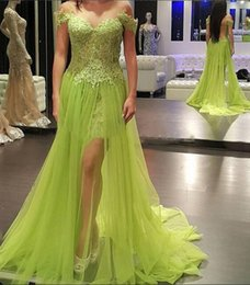 Barato Verde Preto Homecoming Vestidos-Lime Green Split Party Prom Gown 2018 Sheer Neck Lace Applique Hollow Voltar A Line Black Girl Arabic Formal Evening Dresses Homecoming Wear