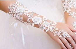 Großhandel Freie Verschiffen Spitze-Hochzeits-Kleiderhandschuhe Applique Wholesales Elfenbein wulstige Brauthandschuhe 2019 arbeiten neue schöne Brautzusätze um