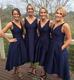 2019 robes de demoiselle d'honneur courtes marine satin bal robes de mariée invité robe col en V demoiselles d'honneur robes thé longueur poche fait sur mesure en Solde
