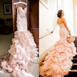 Barato Mermaid Tiered Sweetheart-Blush Pleated Mermaid Wedding Dresses Com Cristais Beaded Sash Sweetheart Neck Lace Up Back Tiered Sweep Train Organza Bridal Gown