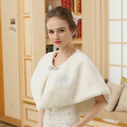 Barato Xaleias De Vestido De Noiva De Inverno-Jane Vini Bridal Wedding Shawls Beads Wraps Winter Bolero Mulheres Faux Fur Shoulder Capes Stoles para vestidos de casamento 2018 High Quality