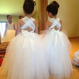 Barato Vestidos De Noiva Tiras De Vestido De Bola-White Ball Gown Flower Girls Vestidos para Casamentos Cross Straps Lace Tulle Andar Comprimento Little Girls Wedding Dresses