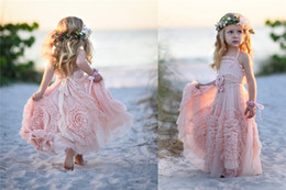 Barato Vestido Barato Babados-Cheap Pink Flower Girls 'Vestidos para casamento 2016 Lace Applique Ruffles Kids Formal Wear sem mangas Long Beach Girl's Pageant vestidos
