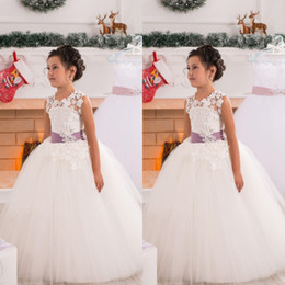 Barato Vestido De Bola De Renda Roxa-Princess Flower Girls Vestidos Puffy Tulle uma linha vestido de baile Girl's Pageant Vestidos Sheer Lace Purple Sash Kids Formal Wear para Casamento