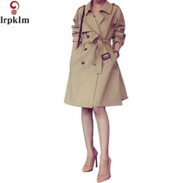 Vêtements Femme Britannique Pas Cher-Camel Trench Coat Pour Les Femmes Turn Down Col 2 Motif Printemps Femmes Trench Manteaux Britannique Style Vêtements Long Manteau LZ198