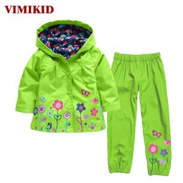 Barato Raincoat Kid Dinossauro-VIMIKID Boys Clothes Set Cartoon Dinosaur Hooded Raincoat Jacket + Calças Kids Sport Suit 2017 Spring Clothes Children Clothing