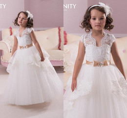 Barato Vestido De Manga Branca-2015 Cute White Lace Natal Casamento Flower Girl Vestidos com Faixa de Sachês CAPPED Sleeves Kid Girl Pageant Vestidos Custom Made Puffy Tulle