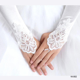 Barato Luvas De Renda-5.99 $ Em estoque 2017 Branco Marfim Red Beaded Applique Lace Fingerless Wedding Bridal Gloves Prom Evening Cocktail Luvas para Noiva CPA245