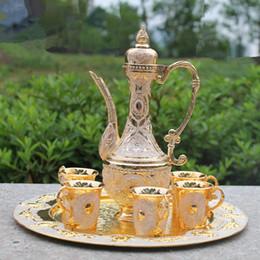 Ingrosso Set da vino in metallo color oro per trasporto libero / set da tè, set da vino in lega di zinco moda, 1 set = 1 piatto + 1 vaso + 6 tazze