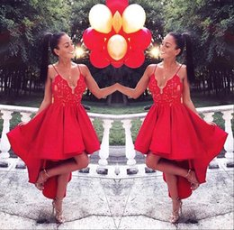 Robes Chics Et Chics Pas Cher-2017 Red High Low Homecoming Robes de cocktail Chic Spaghetti Straps Lace Appliqued Short Prom Gowns
