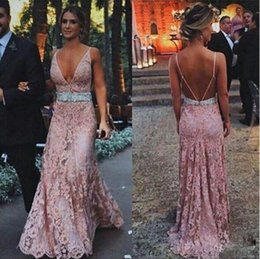 Barato Vestido Longo Quente Do Rosa Barato-016 Hot Summer Oceanside Vintage Pink Lace Vestidos de noite com Beaded Sash Deep V-neck Backless baratos Maid of Honor Dress