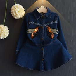 Habille-toi Jeans Pas Cher-New Autumn Girls Jeans Robe Manteau Kids Bee Broderie Long Sleeve Cartoon Sequins Bow Tops Enfants Denim Robe Manteaux 12146