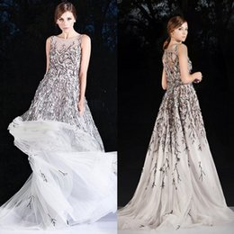 Robes De Soirée Pas Cher-Robe de bal de luxe Illusion Sheer Neck sans manches à la main Perles de fleurs Prom Gowns Sweep Train Formal Robes de soirée