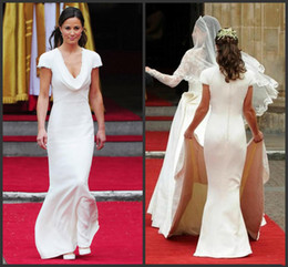 Barato Vestidos Famosos E Famosos-Famosa Pippa Middleton Vestidos de dama de honra com Sexy drapeado Deep V-Neck e Stunning Short Sleeve Mermaid Covered Button Dress Evening Gowns