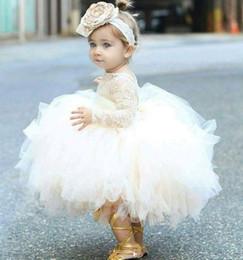 2019 Abiti da bambina vintage fiore avorio bambino neonato battesimo vestiti con maniche lunghe pizzo tutu abiti di sfera festa di compleanno vestito in Offerta