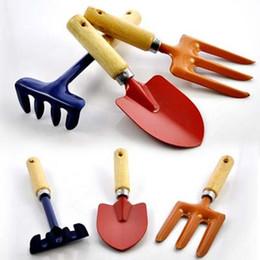 Venta al por mayor de Conjunto de herramientas de jardín de madera de hierro mini Home Hoes Pala accesorio de jardín de harrow Pequeña casa Potted Balcony Picnic Outing