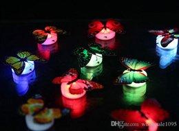 Nuovo 600pcs liberano lo SME che emette luce variopinta della farfalla Luce di notte Luci del lato del letto del bambino Decorazioni di illuminazione dell'interno Decorazioni di Natale