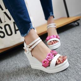 f441121b6 2018 Plus tamanho pequeno 34-43 cunha alta plataforma de salto aberto dedos  dos pés cinta fivela paillette flor senhora doce sapatos femininos  sandálias ...