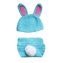 Housses De Couches De Photos Pas Cher-Adorable Newborn Blue Kit de lapin de Pâques, Hand-made Knitting Crochet Baby Boy Girl Ensemble de casquettes de lapin et de coiffe de lapin, Photo Prop.
